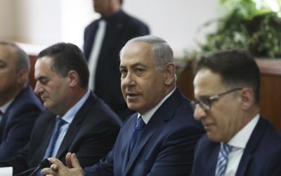 Prime Minister Benjamin Netanyahu (2nd-R) attends a weekly cabinet meeting at the Prime Minister's Office in Jerusalem on May 21, 2017. (AFP Photo/Pool/Ronen Zvulun)
