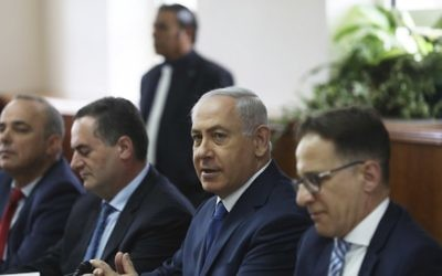 Prime Minister Benjamin Netanyahu (second from right) hosts his weekly cabinet meeting in Jerusalem May 21, 2017. (AFP Photo/Pool/Ronen Zvulun)