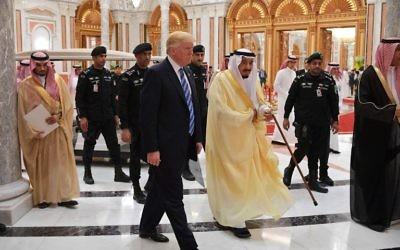 US President Donald Trump (C-L) and Saudi Arabia's King Salman bin Abdulaziz al-Saud (C-R) arrive for the Arabic Islamic American Summit at the King Abdulaziz Conference Center in Riyadh on May 21, 2017. / AFP PHOTO / MANDEL NGAN