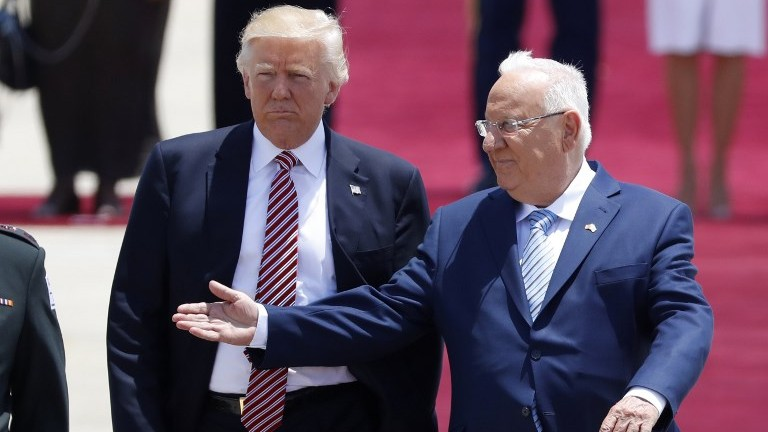 President Reuven Rivlin (L) welcomes US President Donald Trump (C) during a welcome ceremony upon his arrival at Ben Gurion International Airport on May 22, 2017. (AFP Photo/Jack Guez)