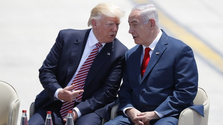 Prime Minister Benjamin Netanyahu (R) and US President Donald Trump speak upon the latter's arrival at Ben Gurion International Airport on May 22, 2017. (AFP Photo/Jack Guez)