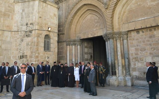 US President Donald Trump (C) and First Lady Melania Trump visit the Church of the Holy Sepulchre in Jerusalem's Old City on May 22, 2017. (AFP PHOTO / MANDEL NGAN)