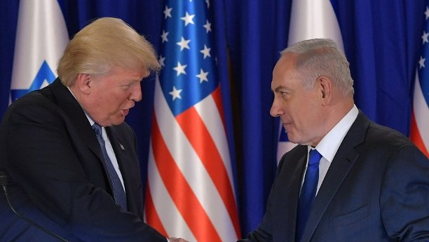 US President Donald Trump (L) and Israel's Prime Minister Benjamin Netanyahu shake hands after delivering press statements, before an official dinner in Jerusalem on May 22, 2017. (AFP PHOTO / MANDEL NGAN)