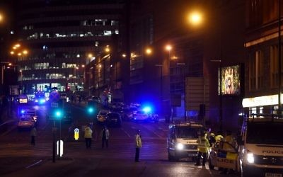 Police deploy at the scene of explosion in Manchester, England, on May 23,  2017 at a concert where at least 19 were killed and 50 were injured. (AFP / PAUL ELLIS)