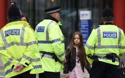 Police talk to people affected by the deadly terror attack at Manchester Arena in Manchester, northwest England on May 23, 2017. (Oli SCARFF / AFP)