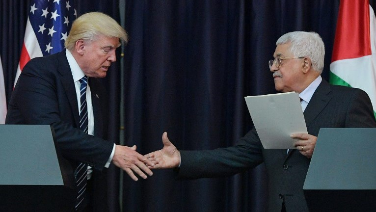 US President Donald Trump, left, and Palestinian leader Mahmoud Abbas shake hands during a joint press conference at the presidential palace in the West Bank city of Bethlehem on May 23, 2017. (AFP/MANDEL NGAN)
