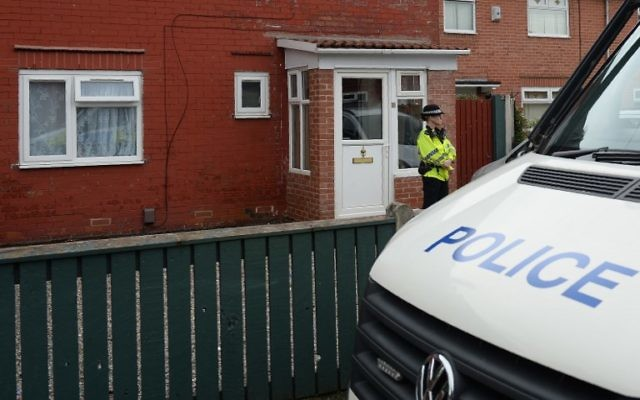 A police officer stands on duty outside a residential property on Aston Avenue in Fallowfield, Manchester, May 24, 2017. (AFP/Oli SCARFF)
