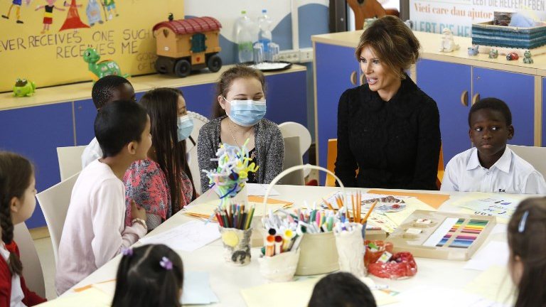 US First Lady Melania Trump (C) sits with children during a visit to the Pediatric Hospital Bambin Gesù, on May 24, 2017 in Rome. (REMO CASILLI / POOL / AFP)
