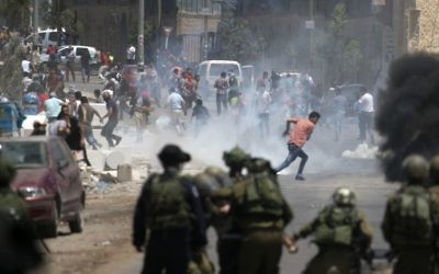 Israeli security forces clash with Palestinian demonstrators during a violent protest in solidarity with Palestinian prisoners outside Nablus on May 26, 2017. (Jaafar Ashtiyeh/AFP)