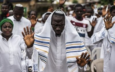 Indigenous People of Biafra (IPOB) supporters and members of the Yahveh Yashua Synagogue (Yisraelities Biafra Region) celebrate Shabbat in Umuahia, on May 27, 2017. / AFP PHOTO / MARCO LONGARI