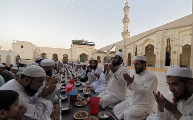 Illustration: Pakistani Muslims pray before breaking their fast on the start of the holy month of Ramadan at a mosque in Peshawar on May 27, 2017. (AFP/Abdul Majeed)