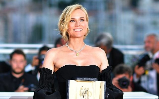 "German actress Diane Kruger poses with her trophy during a photocall on May 28, 2017 after she won the Best Actress Prize for her part in the film 'In The Fade"" (Aus Dem Nichts) at the 70th edition of the Cannes Film Festival in Cannes, southern France. (AFP/LOIC VENANCE)"