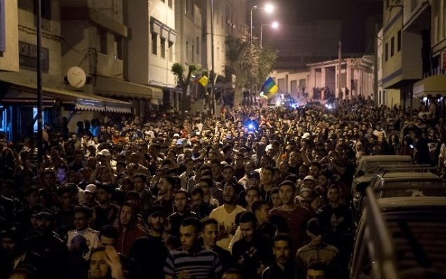 Protestors crowd the streets during a demonstration against corruption, repression and unemployment in the northern city of al-Hoceima on May 28, 2017. (AFP PHOTO / FADEL SENNA)