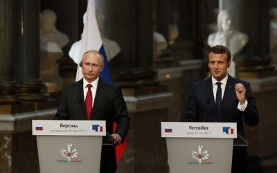 French President Emmanuel Macron, right, delivers a joint press conference with Russian President Vladimir Putin following their meeting at the Versailles Palace, near Paris, May 29, 2017. (AFP/GEOFFROY VAN DER HASSELT)