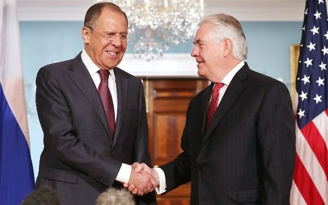 Russian Foreign Minister Sergey Lavrov (L) and US Secretary of State Rex Tillerson shake hands at the State Department on May 10, 2017. (Chip Somodevilla/Getty Images/AFP)