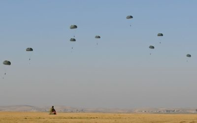 Paratroopers make their way down to earth during a parachuting exercise in central Israel on February 19, 2014. (IDF Spokesperson's Unit/Flickr)
