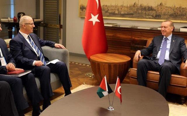 Palestinian Authority Prime Minister Rami al-Hamdallah (2nd from left) during a meeting with Turkish President Recep Tayyip Erdogan on May 8, 2017. (Wafa)