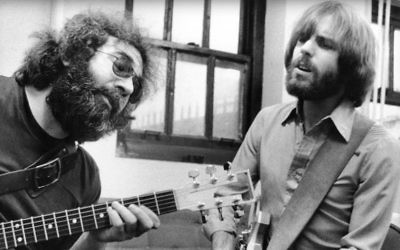Jerry Garcia and Bob Weir backstage in 1977. (Peter Simon)