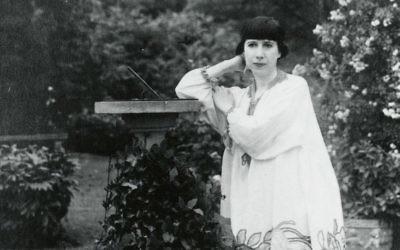 Florine Stettheimer in her Bryant Park, New York garden circa 1917-1920. (Public domain)