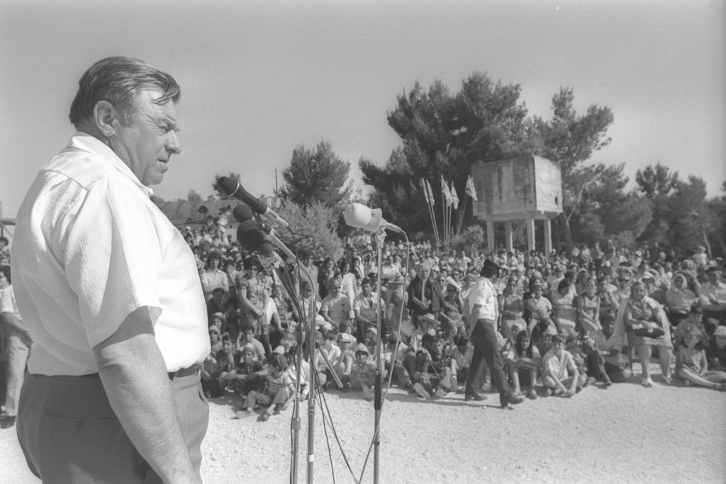 Jerusalem Mayor Teddy Kollek addressing a Jerusalem Day memorial ceremony for soldiers who lost their lives on Ammunition Hill during the Six Day War. (Saar Yaacov/Government Press Office)