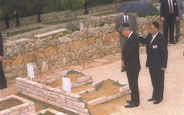 US President Bill Clinton paying his last respect to victims of recent terror attacks in Jerusalem at Mt. Herzl cemetery in Jerusalem, March 1996 (Avi Ohayon/GPO)