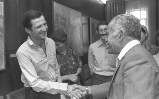 Prime Minsiter Yizhak Shamir (R) welcoming Prisoner of Zion Yuli Edelstein to his office in Jerusalem, May 1987. (Nagi Ohayon/GPO)