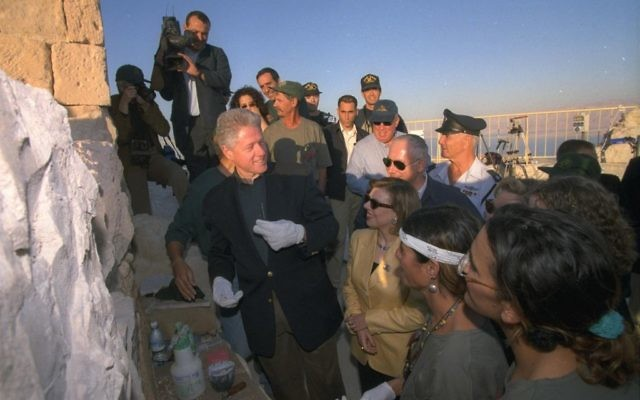 US President Bill Clinton atop Masada, as Prime Minister Netanyahu and his wife Sara look on, December 1998 (Avi Ohayon/GPO)