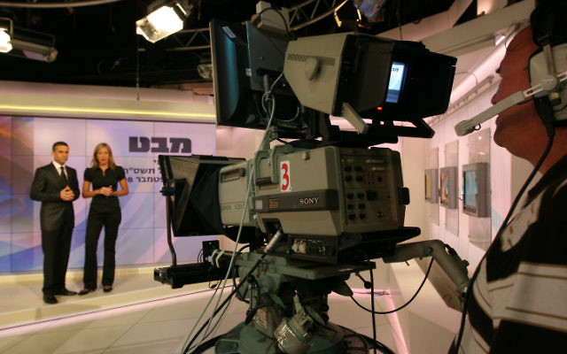 "Yinon Magal and Meirav Miller, former anchors of the Israeli Channel 1 during the ""Mabat"", evening news program on September 10, 2008. (Anna Kaplan/ Flash 90)"