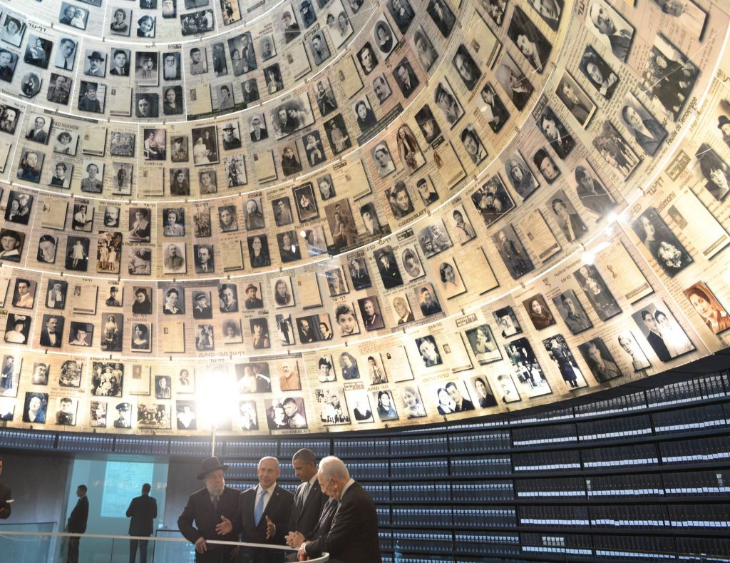 US President Barack Obama visits the Hall of Names at the Yad Vashem Holocaust Museum with (L-R) Rabbi Yisrael Meir Lau, Prime Minster Benjamin Netanyahu, Chairman of the Yad Vashem Directorate Avner Shalev and President Shimon Peres, March 22, 2013. (Amos Ben Gershom/GPO/Flash90)