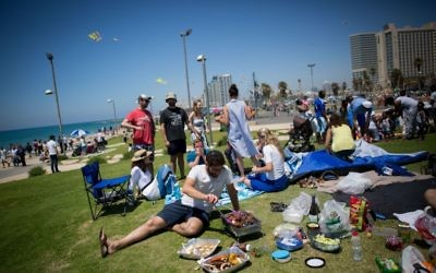 Israelis barbecue at Dolfinarium beach park in Tel Aviv on Israel's 68th Independence Day, May 12, 2016 (Miriam Alster/Flash 90)