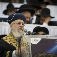 Sephardi Chief Rabbi Yitzhak Yosef speaks at Jerusalem's Teddy Stadium on April 13, 2017. (Yonatan Sindel/Flash90)