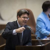 Science and Technology Minister Ofir Akunis addresses the Knesset plenum, April 26, 2017. (Yonatan Sindel/Flash90)