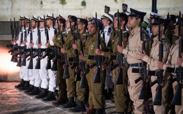 Israeli soldiers stand at attention during a Memorial Day ceremony at the Western Wall, Judaism's holiest site, in Jerusalem's Old City, April 30, 2017, as Israel commemorates its fallen soldiers. (Hadas Parush/Flash90)