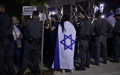 Police and protesters at a right-wing rally against a memorial ceremony commemorating the long Israeli-Palestinian conflict in Tel Aviv on April 30, 2017 (Tomer Neuberg/Flash90)