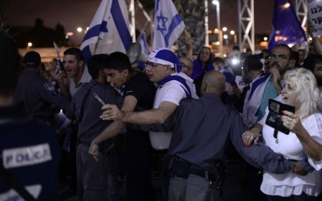 Israelis protest against a memorial ceremony commemorating both Israeli and Palestinian victimes of terror in the Israeli-Palestinian conflict in Tel Aviv on April 30, 2017, as Israel marks the annual Memorial Day for Fallen Soldiers. (Tomer Neuberg/Flash90)