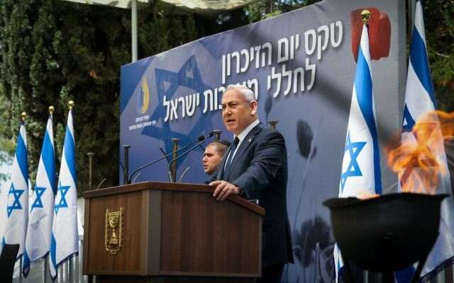 Prime Minister Benjamin Netanyahu speaks on Israeli Remembrance Day during a ceremony held at Mount Herzl military cemetery in Jerusalem, May 1, 2017. (Amit Shabi/POOL)