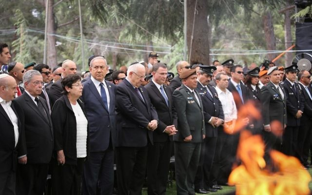 Prime Minister Benjamin Netanyahu, President Reuven Rivlin, IDF chief of staff Gadi Eisenkot, Police Chief Roni Alsheich, President of the Supreme Court Miriam Naor and Knesset Speaker Yuli Edelstein attend a ceremony held at Mount Herzl military cemetery in Jerusalem, on Israeli Remembrance Day, which commemorates Israel's fallen soldiers and Israeli civilians killed in terror attacks. May 1, 2017. (Noam Moskowitz/POOL)