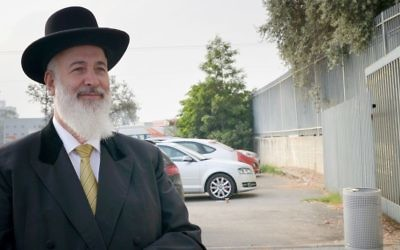 Rabbi Yona Metzger arrives at Ma'asiyahu Prison in Ramle to begin serving his 3.5-year sentence for theft and bribery on May 1, 2017. (Roy Alima/Flash90)
