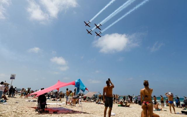Beachgoers in Tel Aviv watch the military airshow on Israel's 69th Independence Day, May 2, 2017. (Flash90)