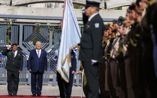 President Reuven Rivlin and IDF Chief of Staff Gadi Eizenkott review an honor guard during a ceremony for outstanding soldiers as part of Israel's 69th Independence Day celebrations, at the President's residence in Jerusalem. May 2, 2017. (Hadas Parush/Flash90)