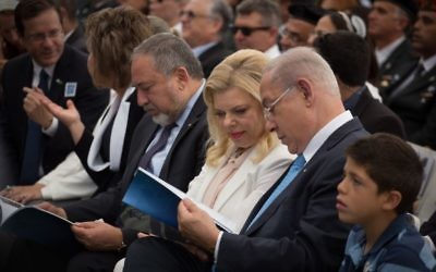 Prime Minister Benjamin Netanyahu and his wife Sara at a ceremony for outstanding soldiers at the President's Residence in Jerusalem. May 2, 2017. (Hadas Parush/Flash90)