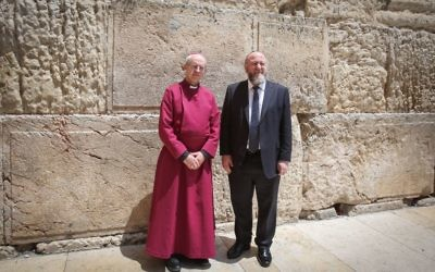 The Archbishop of Cantebury Justin Welby (l) and the British Chief Rabbi Ephraim Mirvis, visit the Western Wall, Judaism's holiest site, in Jerusalem's Old City, on May 3, 2017. (Yonatan Sindel/Flash90)
