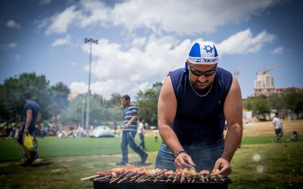 Israelis barbecue during Israel's 69th Independence Day celebrations in Jerusalem, May 2, 2017. (Yonatan Sindel/Flash90)