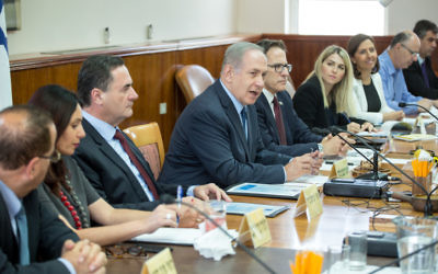 Prime Minister Benjamin Netanyahu leads the weekly cabinet meeting at the Prime Minister office in Jerusalem on May 3, 2017. (Emil Salman/POOL)