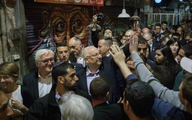 President Reuven Rivlin with German President Frank-Walter Steinmeier during a tour at the Mahane Yehuda Market in Jerusalem on May 6, 2017. (Hadas Parush/Flash90)