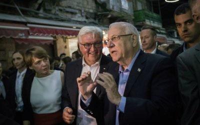 President Reuven Rivlin with German President Frank-Walter Steinmeier, during a tour at the Mahane Yehuda Market in Jerusalem, on May 6, 2017. (Hadas Parush/Flash90)