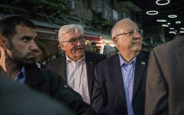 President Reuven Rivlin with German President Frank-Walter Steinmeier, during a tour at the Mahane Yehuda Market in Jerusalem, on May 6, 2017. (Hadas Parush/Flash90)