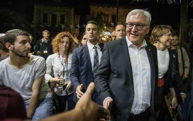 German President Frank-Walter Steinmeier meets locals on a tour of the Mahane Yehuda Market in Jerusalem on May 6, 2017. (Hadas Parush/Flash90)