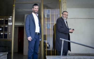 United Torah Judaism MK Moshe Gafni, right, outside the apartment building where he lives in Bnei Brak, May 09, 2017. (FLASH90)
