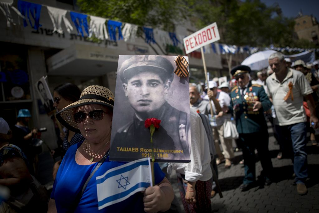 Russian-Israeli World War II veterans take part in the Veterans Day parade in honor of the Allies' victory over Nazi Germany, in the center of Jerusalem. May 9, 2017. (Miriam Alster/Flash 90)